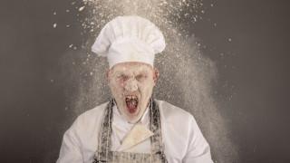 Австрийски ресторантьор замеря недоволни гости с храна в лицето