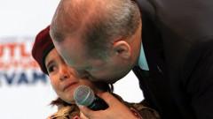 Ердоган успокоява момиче с почести, ако загине в битка