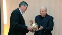 Георги Глушков връчи на Александър Александров златна топка