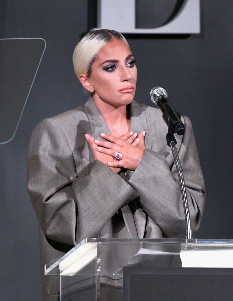 Тук виждаме пръстена на Лейди Гага