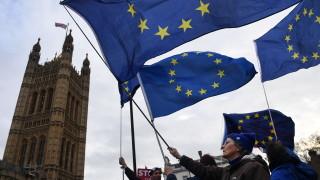 Мей отлага решаващото гласуване за Брекзит?