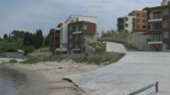 Изляха бетон на плажа в Равда