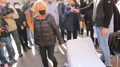 Граждани си донесоха походни легла пред Министерски съвет