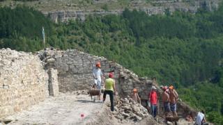 До края на лятото разкриват целия замък на Асеневци