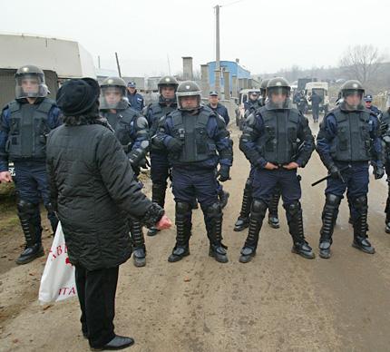 Суходолци и жандармерия се гонят по баирите около сметището