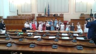 Детски патриотизъм заглуши препирните в пленарната зала