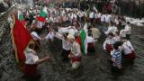 200 мъже друсат хоро в ледените води на Тунджа