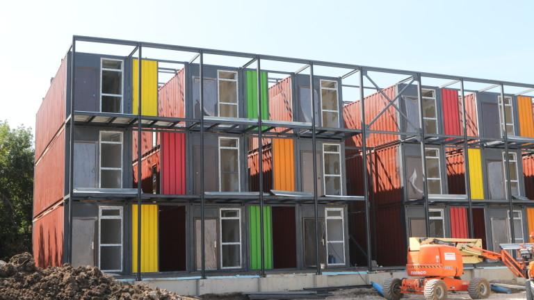 Монтират първите жилища от контейнери за социално слаби в кв.