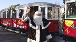 Дядо Коледа раздава подаръци в трамвай в София