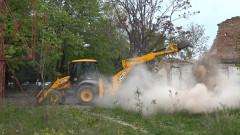 Багер събори част от оранжерията в Ботаническата градина във Варна