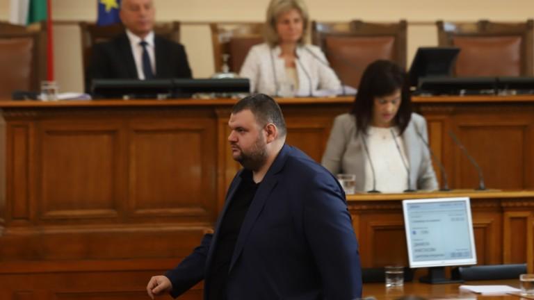 Делян Пеевски се появи в НС