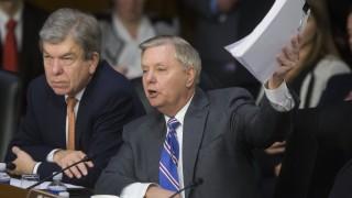 Близо 5 часа американски сенатори опитват да разберат как функционира Фейсбук