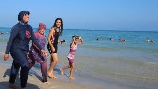 Израел с изисквания за скромно облекло на изпълнителите – не може да са по бански