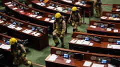 """Хонконг отстранява """"непатриотични"""" законодатели по бързата процедура"""