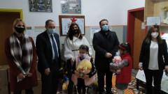 Две дарения за 130 деца направиха от посолството ни в Скопие