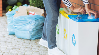Граждани предават опасни отпадъци в мобилен пункт в София