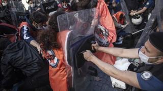 Униформени разпръснаха протести срещу бруталността на полицията в Турция