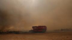 Хиляди бягат от пожарите в Гърция, горски пожари опустошават Средиземноморието