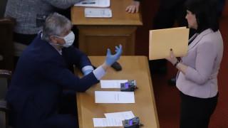 Депутатите разделени - дисциплина или страх да демонстрират в извънредното положение