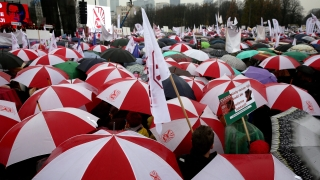 """""""Не на хаоса в училищата"""", скандираха хиляди протестиращи в Полша"""