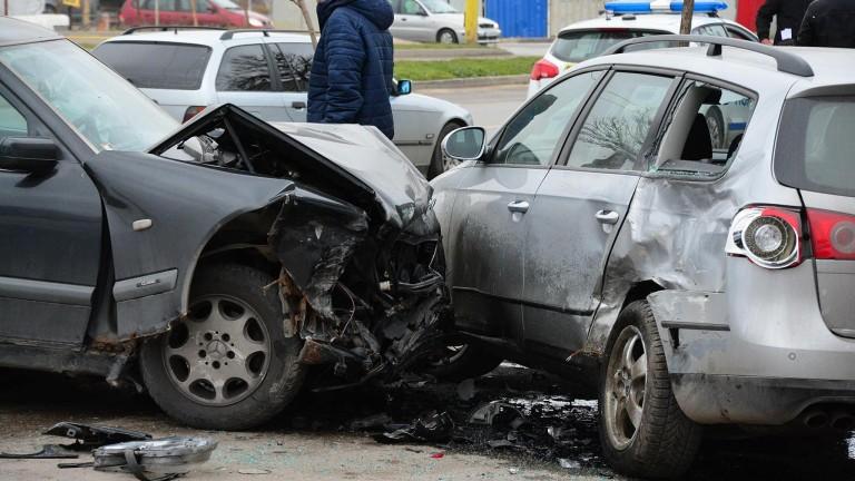 Петима пострадаха в меле на кръстовище в Кюстендил