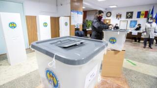 Санду поведе пред Додон в Молдова