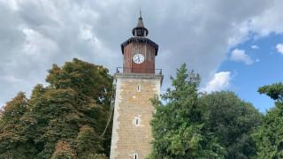 Спешно укрепват часовниковата кула в Свищов