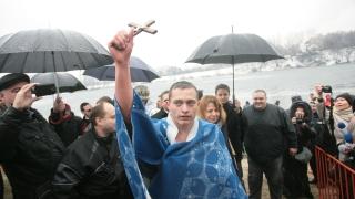"""Богоявленски водосвет при езерото в """"Дружба"""", само пълнолетни вадят кръста"""