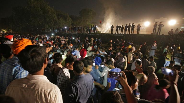 Най-малко 60 са жертвите на вчерашната жп катастрофа в Индия.Повече