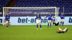 Фенове атакуваха с яйца футболистите на Шалке 04