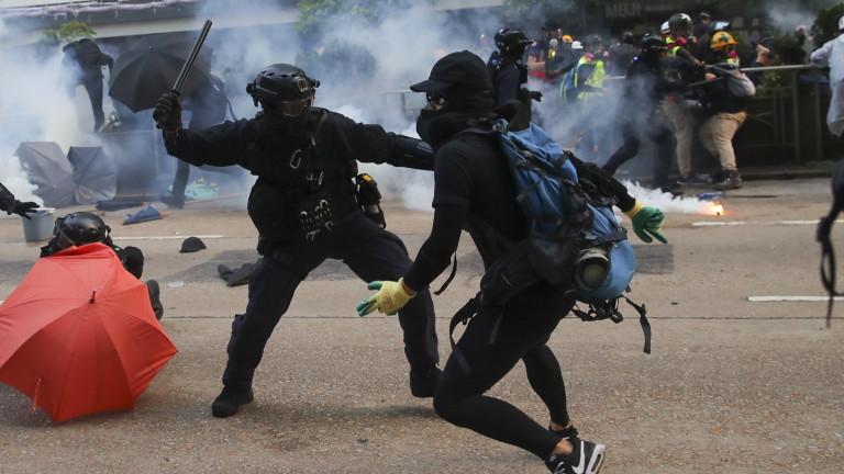 Десетки ранени и арестувани след протестите в Хонконг