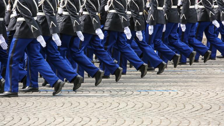 Франция обмисля връщане на задължителната военна служба