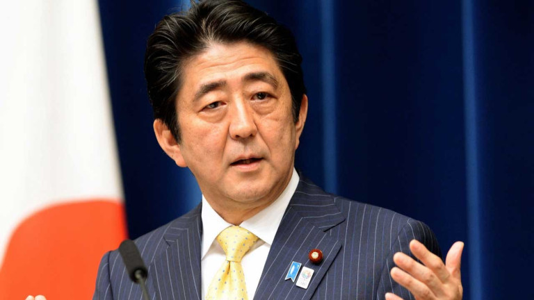 Премиерът Шиндзо Абе трябва да си ходи според половината японци