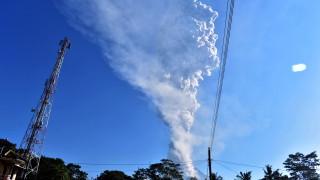 Затвориха летище и евакуираха хора заради вулкан в Индонезия