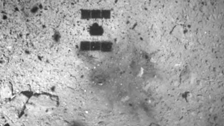 """Японска сонда """"бомбардира"""" астероида Рюгу за проби"""
