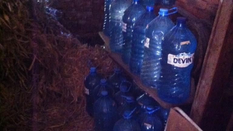 Митничари откриха нелегален алкохол, скрит в сеновал