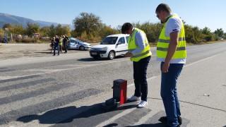 Лоша видимост и изтъркана маркировка пътя край Казанлък, където загинаха шестима