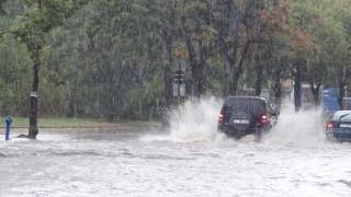 Силен дъжд с градушка наводни къщи и улици в Добрич
