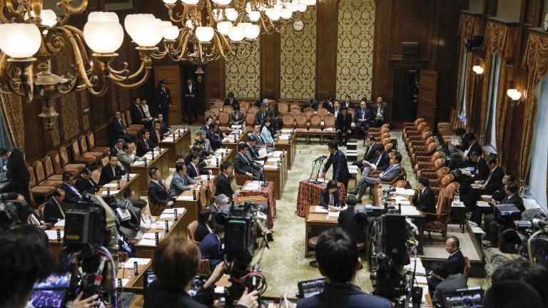 Японски министър се извини публично за три минути закъснение за заседание