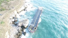 Заседналият кораб Vera Su потъва