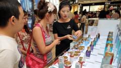 Китайците купуват все повече вносни коли и козметика