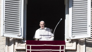 Оставете телефоните настрана и общувайте помежду си, призова папа Франциск