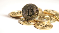Bitcoin падна под $8000 след ралито си