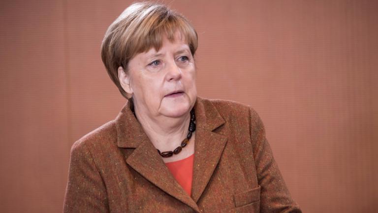Партията на Меркел настоява за криминализиране на фалшивите новини