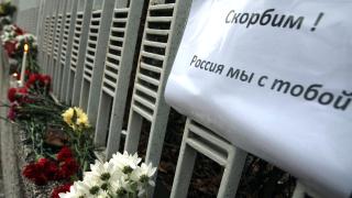 Оставят цветя и свещи пред руското посолство в знак на съпричастност