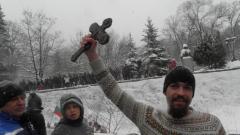 Вятърът отвя кръста в ръцете на зрител в Пазарджик
