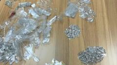 Спипаха мъж, облепил близо 3 кг сребърни накити по тялото си със скоч