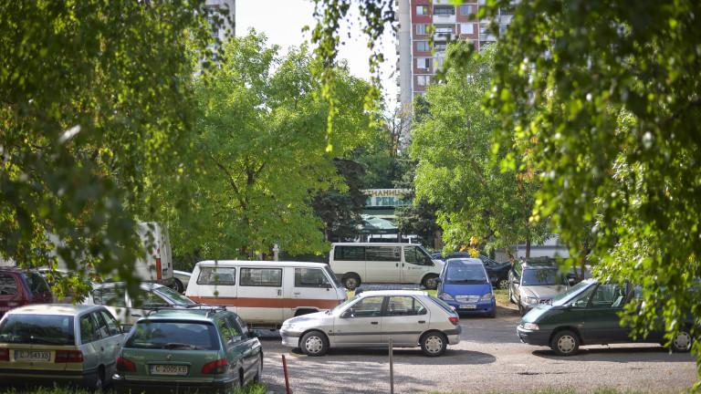 Шофьор на бус удари три паркирани коли