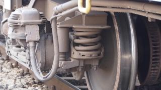 Товарен влак помете кола на жп прелез – една жена загина