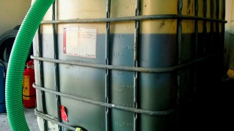 Склад на бензиностанция в частен двор откриха митничари
